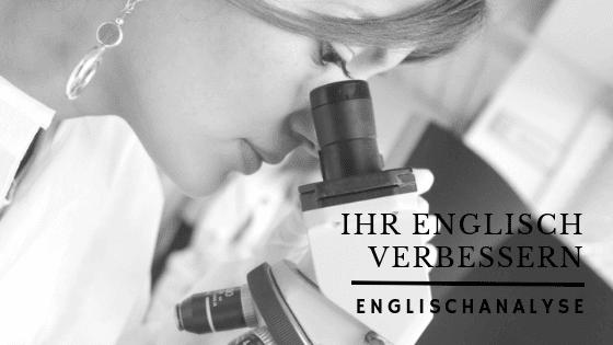 Eine Wissenschaftlerin schaut durch ein Mikroskop. Englischanalyse.