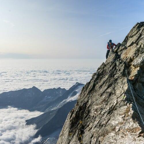 Bear Grylls, eine Felswand und eine Tasse Tee